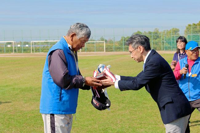 丸竹コーポレーション専務取締役から贈呈