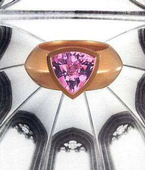 Goldring mit rosa Turmalin im Schachbrett-Schliff, in Handarbeit gefertigt.