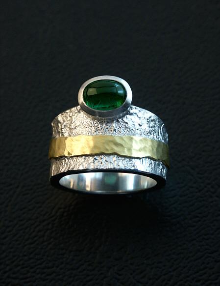 schmuckdesign Silberring mit grünem Turmalin-Cabochon und Gelbgold, in Handarbeit gefertigt.