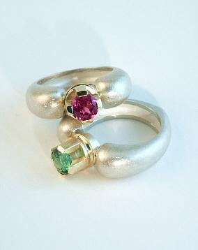 Ein Herz und eine Krone. Ringe in Silber mit Gelbgoldfassung, einem Turmalin und einem Rhodolit, Handarbeit.