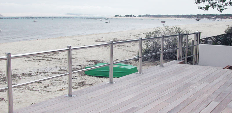 Garde corps en inox sur terrasse face à l'océan