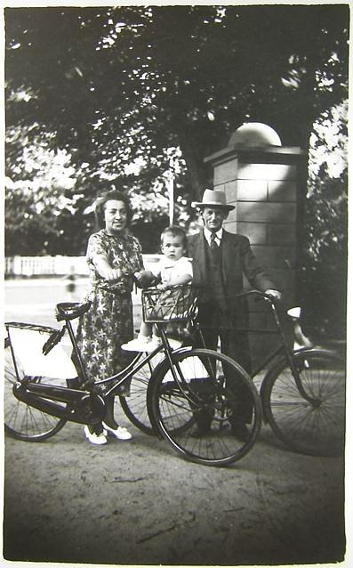 """Her er jeg fotograferet af """"kanonfotografen"""" ved Skovbakken sammen med  min mor og far ca. 1953"""