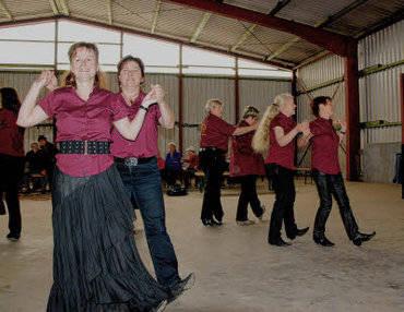 Die Line Dance Gruppe aus Steinhagen bei der Probe vor dem großen Auftritt zum Scheunenfest!