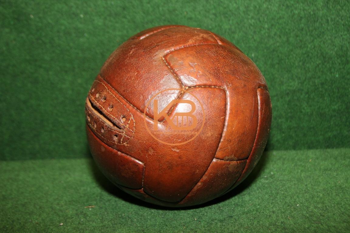 Alter Fußball, das sogennate T-Modell, aus Leder vermutlich aus den 1940ern
