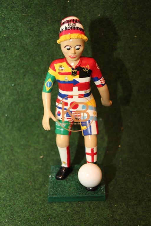"""Die Fussballfigur der sog. """"Fußball-Michel"""" ist zur WM 2006 gefertigt worden. Sie trägt alle Nationalfarben der Staaten, die an diesem Fußballevent teilgenommen haben. Sie ist limitiert auf 333 Stück."""