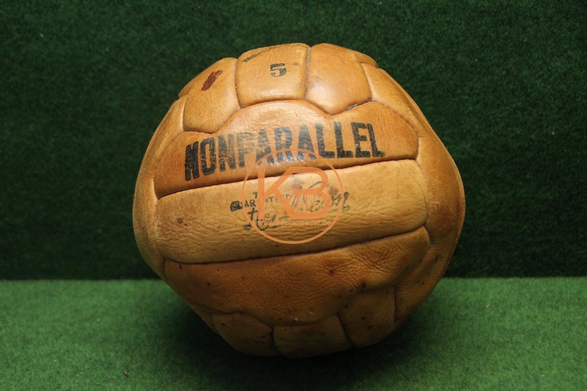 """Alter Fußball """"Nonparallel"""" aus Leder vermutlich aus den 1960ern"""