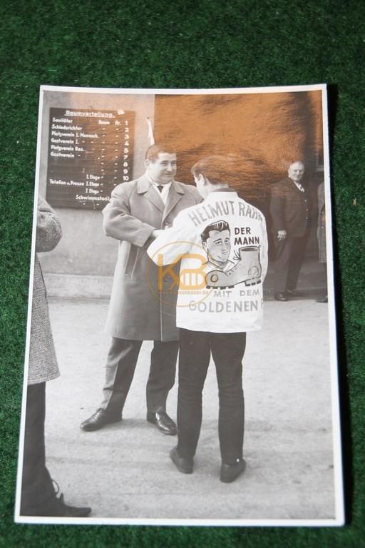 Original Foto von Helmut Rahn und einem Fan mit beeindruckender Fan-Kleidung.