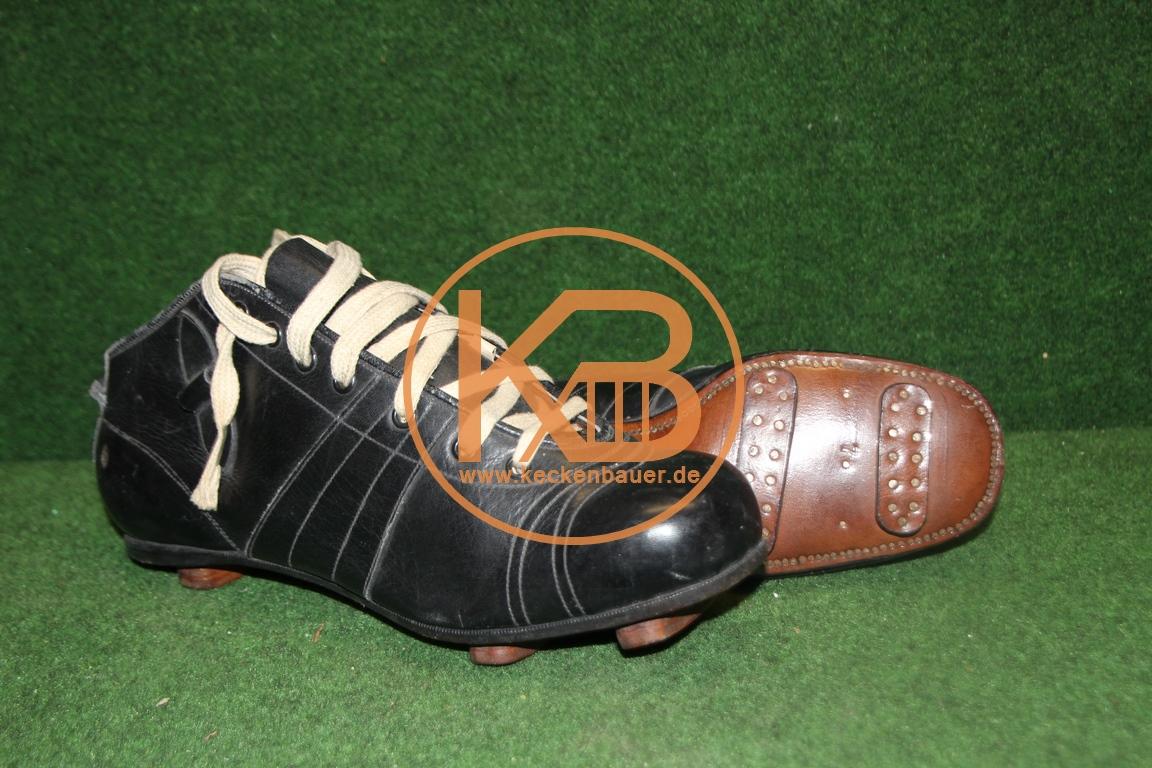 Alte Fußballschuhe mit genagelten Stegen aus den 1920er Jahren. Diese Schuhe waren auch im ehemaligen Fußballmuseum Berlin ausgestellt.