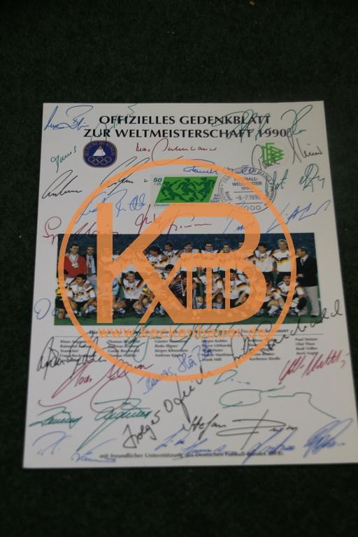 Offizielles Gedenkblatt zur Fußballweltmeisterschaft 1990 mit den originalen Unterschriften der Nationalmannschaft herausgegeben von der deutschen Sporthilfe.