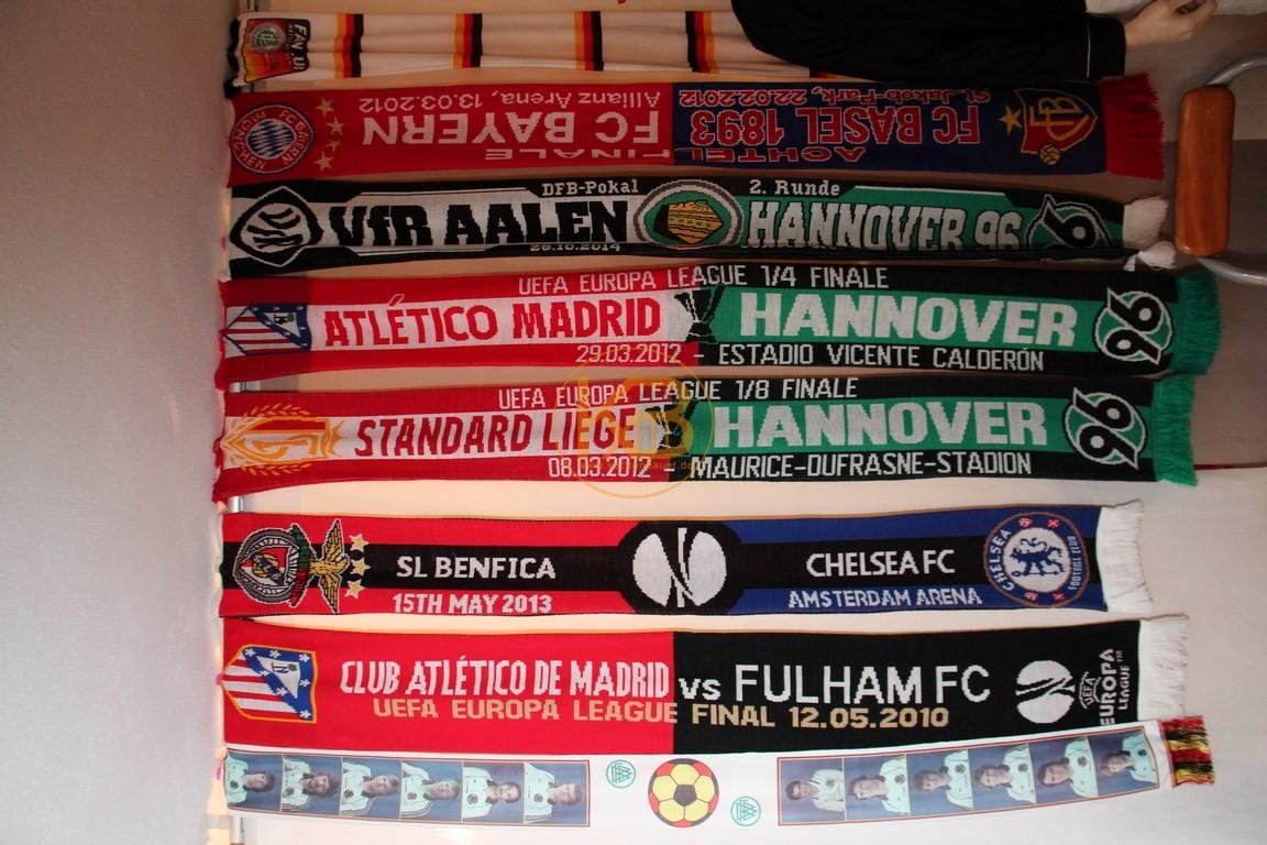 Duel-Schals von den Spielen von Hannover 96 gegen VFR Aalen, Atletico Madrid und Lüttich. Zusätzlich ein Schal des WM Kaders 1982 sowie von den Europa League Final 2010 in Hamburg und 2013 in Amsterdam.
