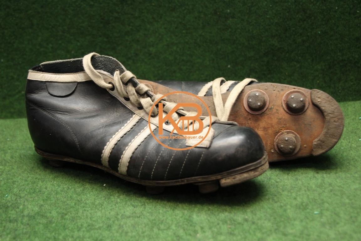 Alte Fußballschuhe mit Stahlkappe und genagelten Stollen aus den 1940er Jahren.