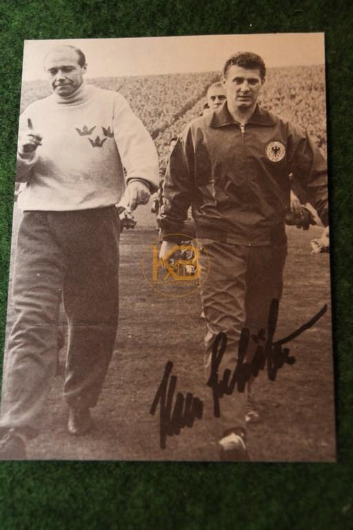Original Autogramm von Hans Schäfer vom Spiel gegen Schweden am 20.11.1957 in Hamburg, hier im Bild mit Gunnar Gren.