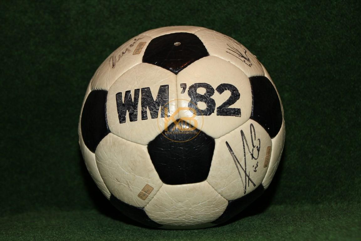 Original unterschriebener Ball des Weltmeisterkaders der WM 1982 in Spanien.