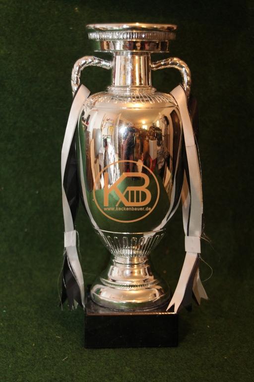 Replique des EM Pokals fast in original Größe und Gewicht.