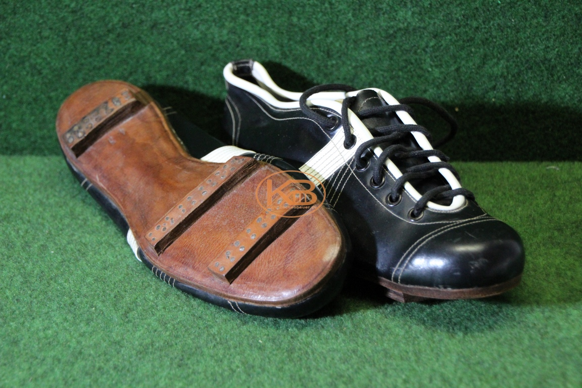 Alte flache schwarze Fußballschuhe mit genagelten Stegen vermutlich aus den frühen 1930ern.