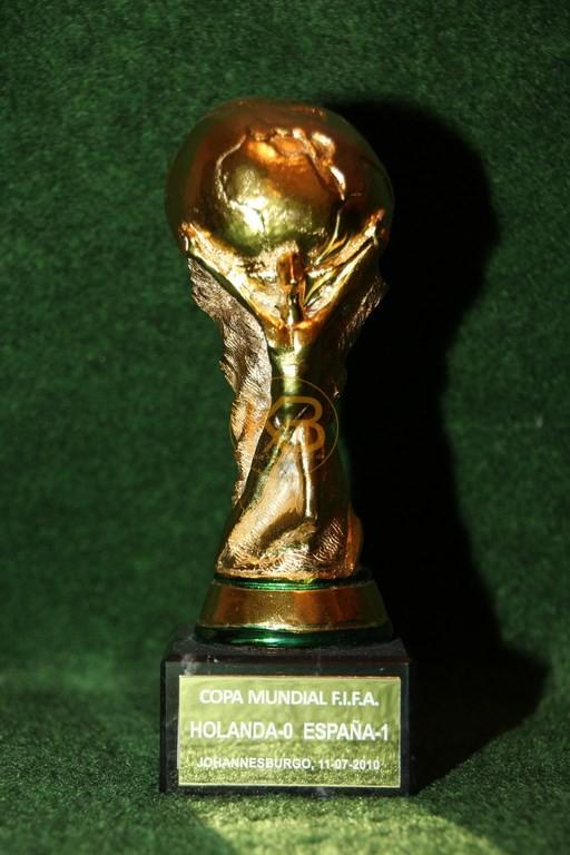 Original Miniaturnachbildung des Weltmeisterschaftspokal zur WM 2010 in Südafrika.