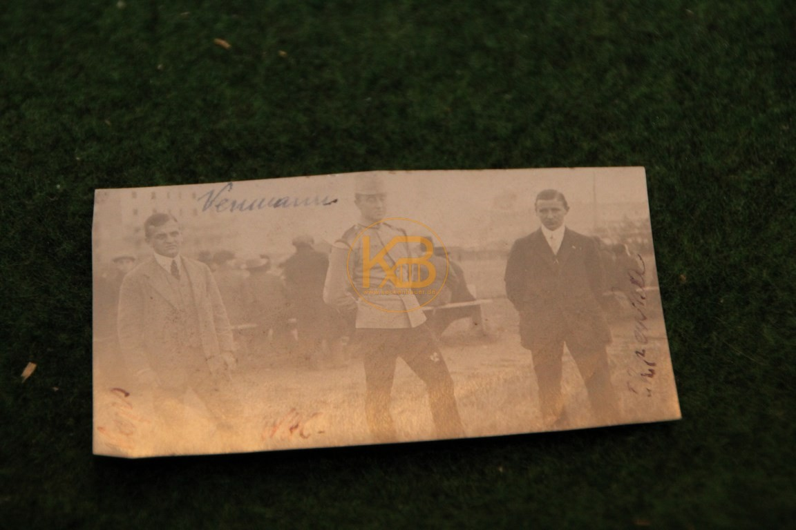 Original Foto von Zuschauern bei einem Fußballspiel in Wien aus dem Jahr 1913.