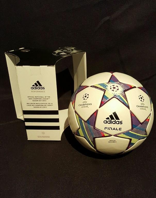 Der offizielle Spielball der ADIDAS Frauen Champions League Final Ball vom Finale 2011/12 in München mit Originalverpackung.