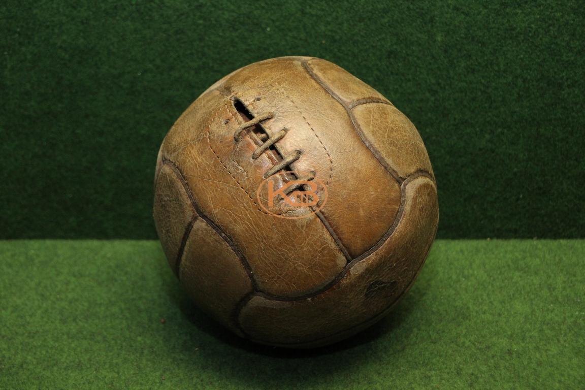Alter Lederball mit zwölf Paneelen vermutlich aus 1930er Jahren