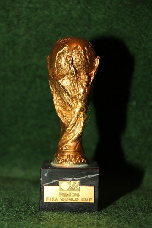 Original Miniaturnachbildung des Weltmeisterschaftspokal zur WM 1974 in Deutschland.