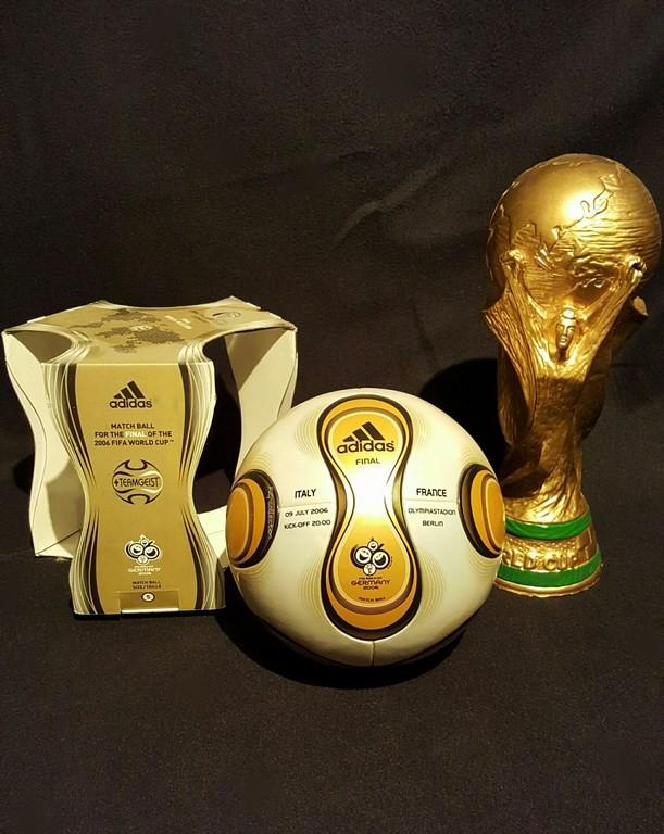 ADIDAS Teamgeist der offizielle Spielball von der WM 2006 in Deutschland mit Originalverpackung hier in der Finalspielvariante und Pokalreplique.