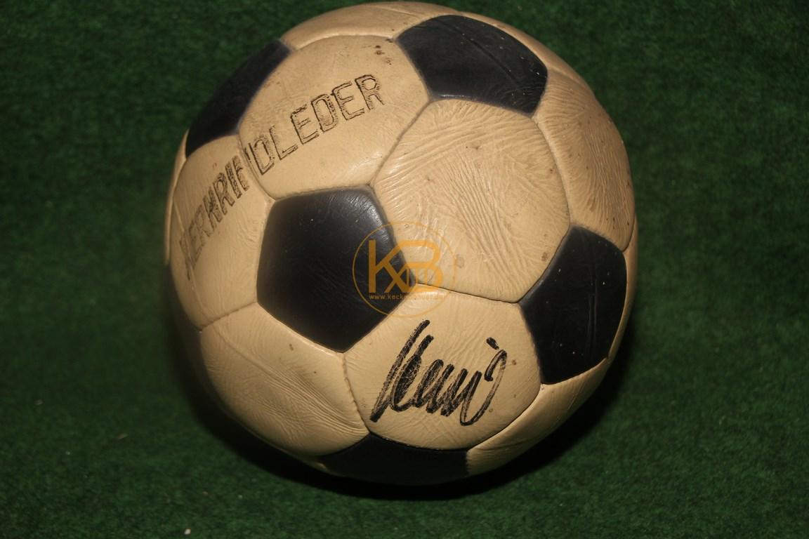 Alter Lederball mit dem original Autogramm von ? wer kann helfen?