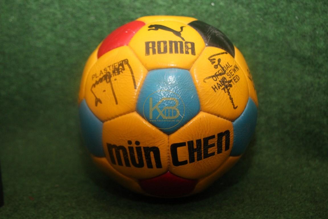 Alter Puma Lederball Roma München mit dem original Autogrammen vom FC Bayern aus den 1970er Jahren