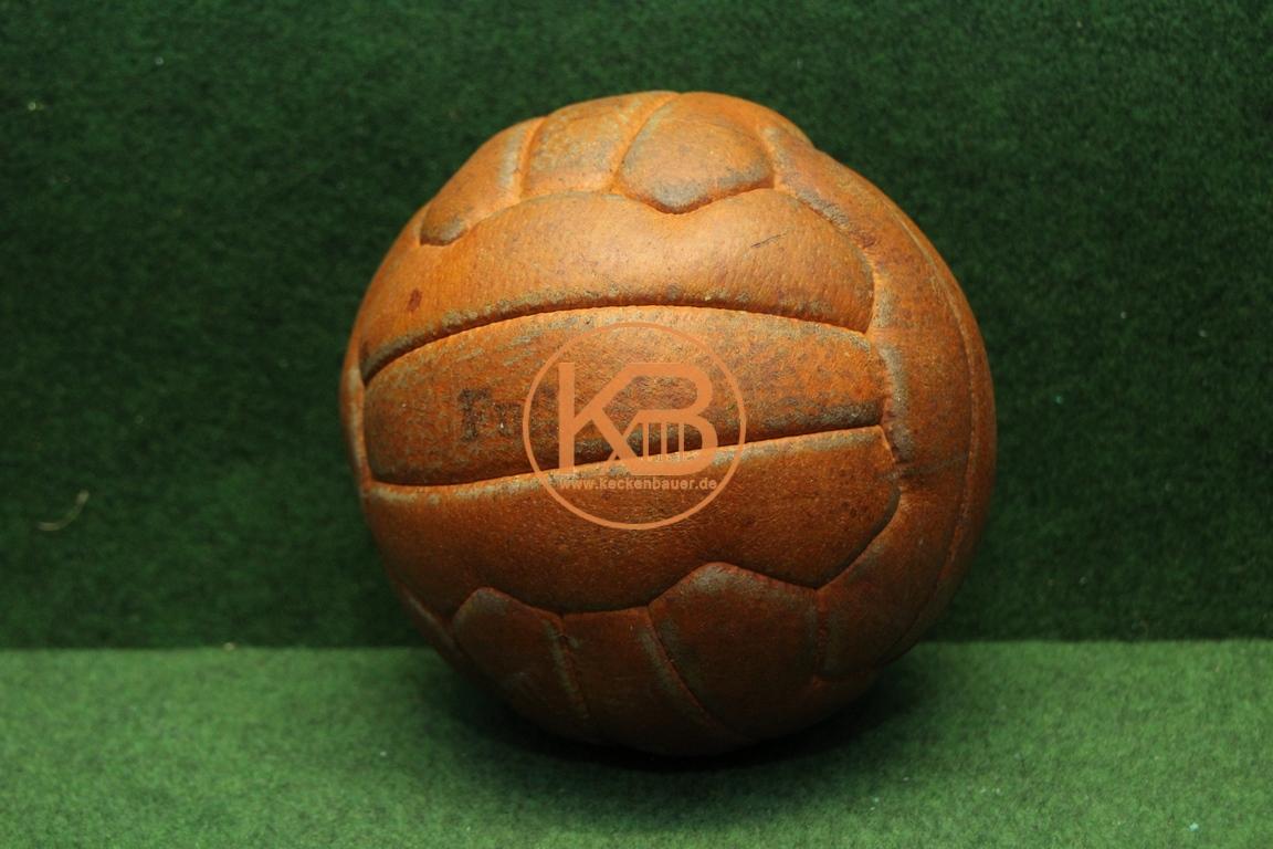 Schöner alter Lederfußball aus den 1960er Jahren.