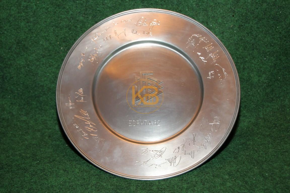 Hochwertiger Sammelteller zur WM 1982 in Spanien mit den eingravierten Unterschriften des DFB-Teams aus dem Nachlass von Herbert Neuberger.