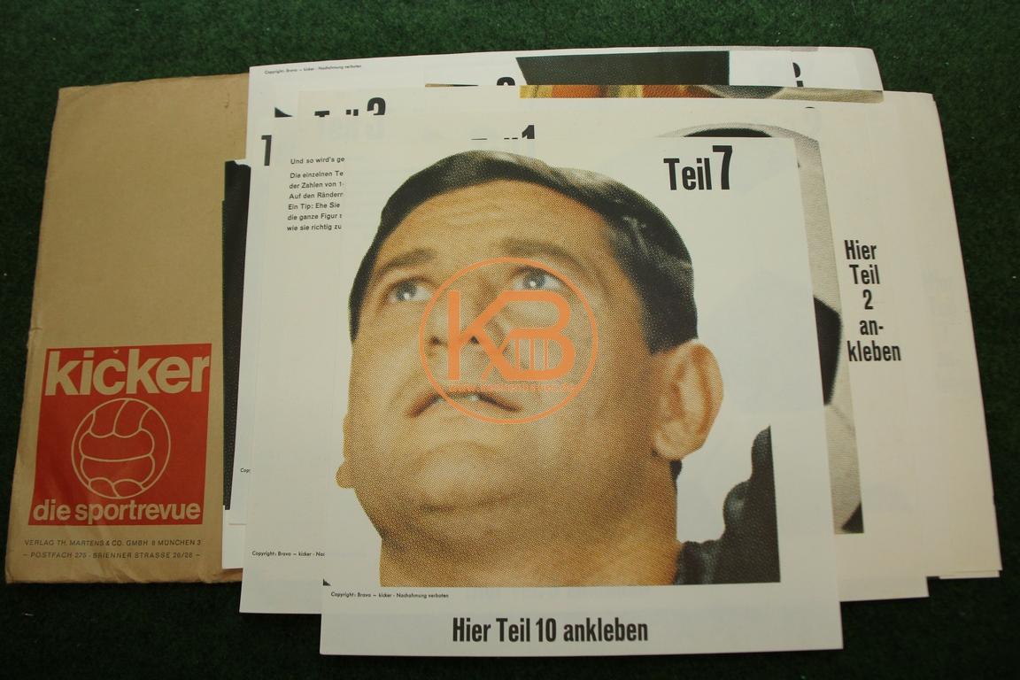 Kicker Starschnitt von Petar Radi Radenkovic aus dem Jahr 1965. Der aus 21 Teilen bestehende 2,25 Meter große Starschnitt ist ungeklebt und noch im original Briefumschlag vom Kicker.