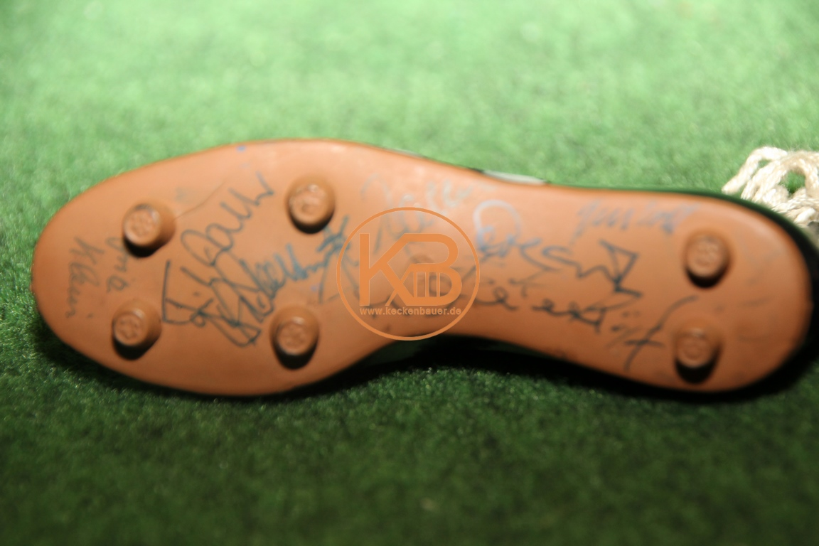 Mini Fußballschuhe mit mir noch unbekannten Autogrammen vermutlich aus den 1960ern.