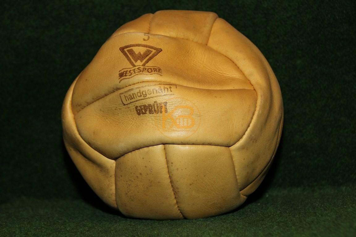 """Alter Fussball """"Westsport"""" im bespielten guten Zustand. Eines der ersten Modelle mit Ventil."""