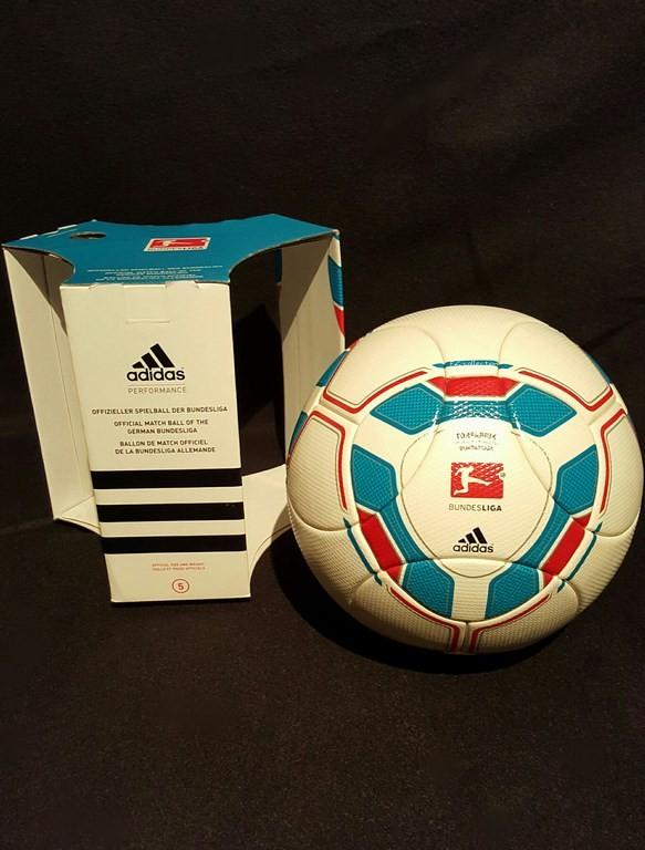 ADIDAS Torfabrik der offizielle Spielball der Fussball Bundesliga der Saison 2010/11 mit Originalverpackung.