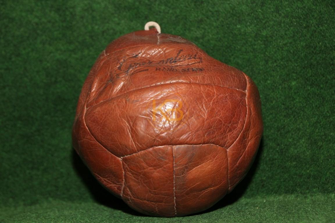 Alter Fussball mit der klassischen Naht um die Blase zu verschließen, da noch kein Ventil vorhanden. Keinerlei Füllung hält daher nicht die Form.