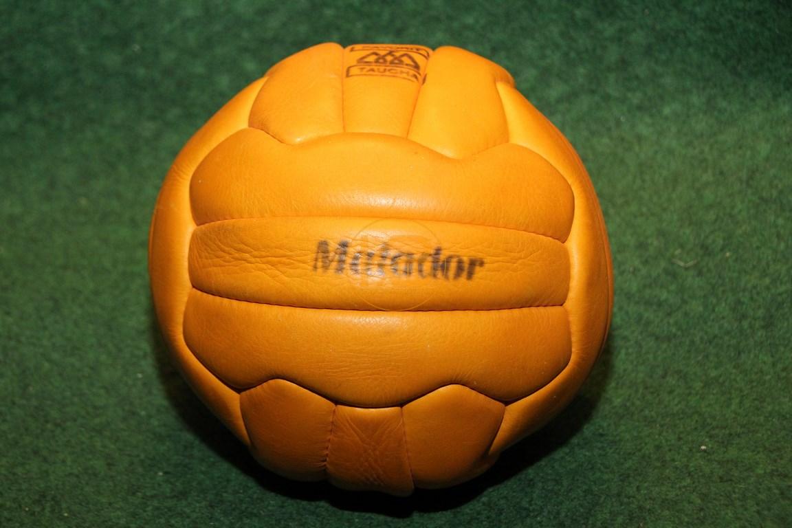 Alter handgenähter Matador Lederfußball vermutlich aus den 1970er Jahren.