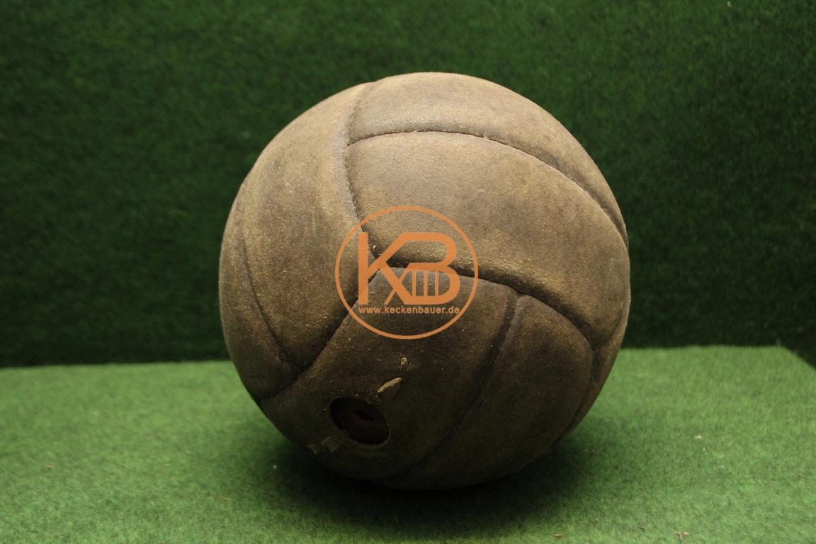Alter Fußball aus Leder vermutlich aus den 1950ern