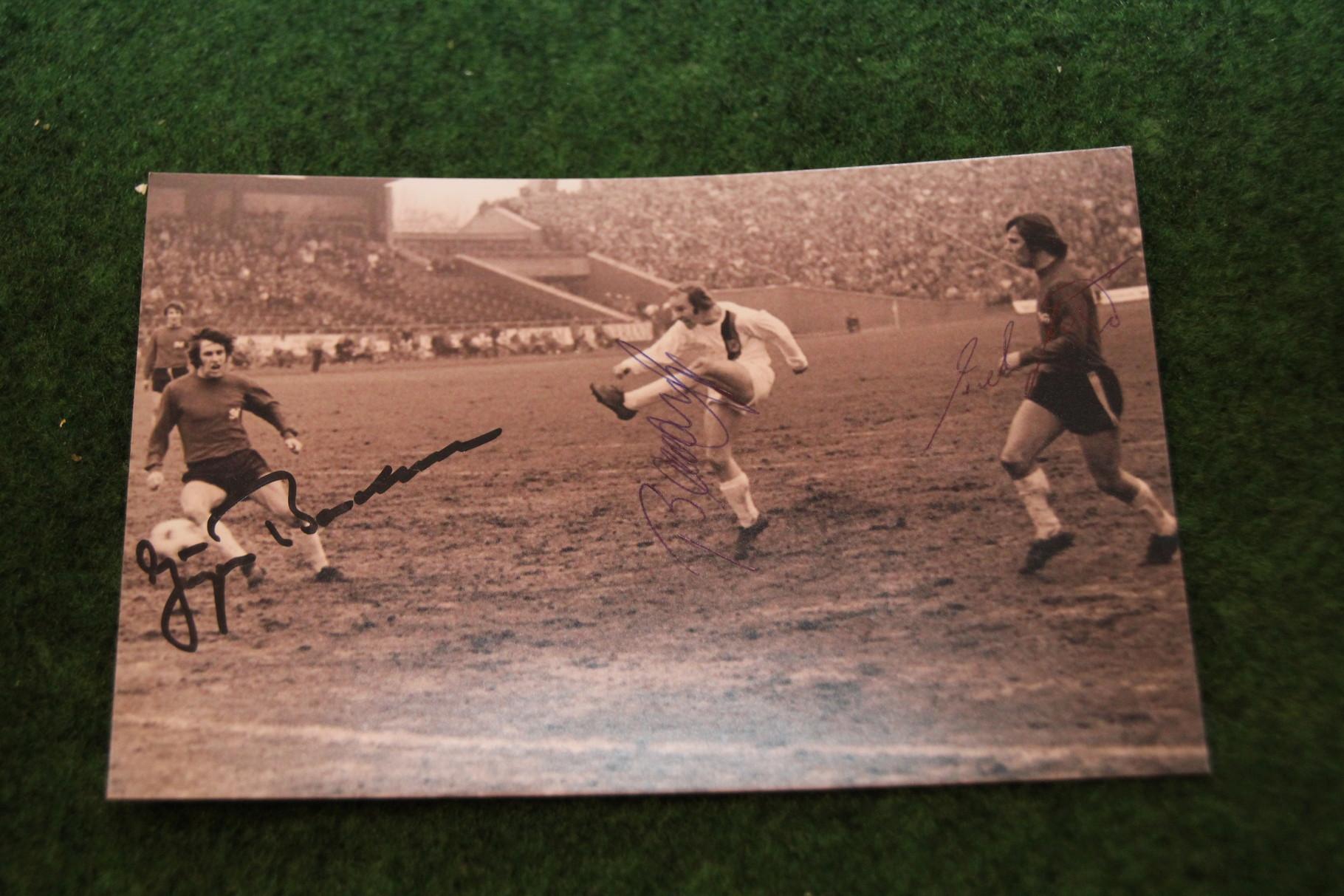Foto aus dem Spiel gegen Gladbach 1973 mit original Autogrammen.