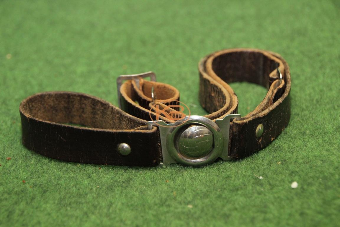 Alter Ledergürtel mit der Lasche in Form eines Fußballs aus den 1950er Jahren 1/2