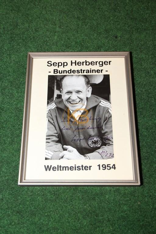 Widmung und original Autogramm von Sepp Herberger.