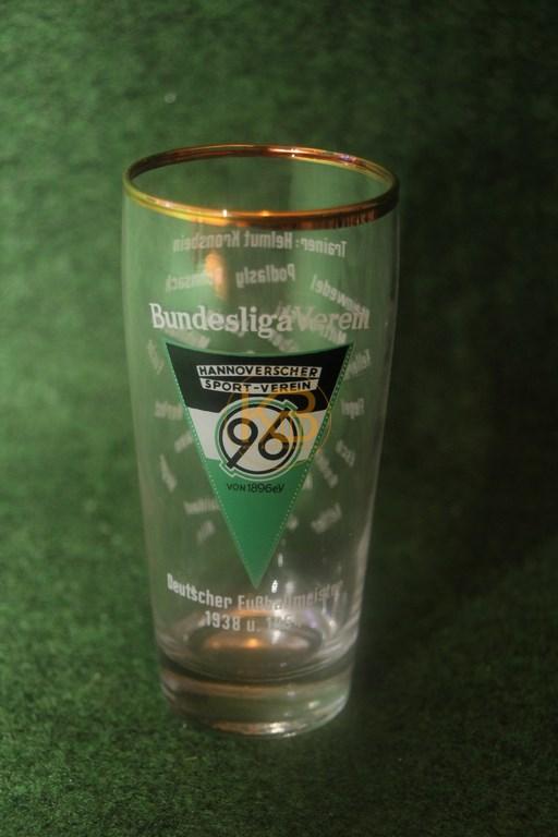 Altes Glas aus den 1960 ern mit den gedruckten Unterschriften des Kaders und dem Trainer Kronsbein 1/2