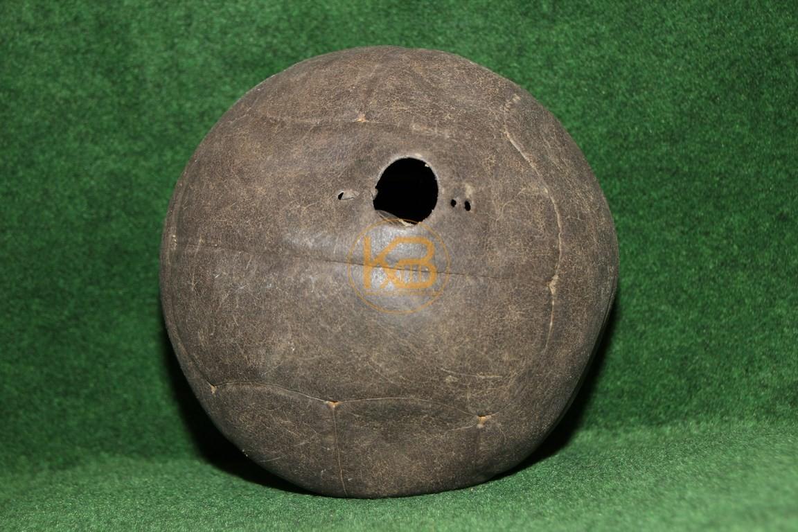 Alter Lederfußball der aus den bekannten Längsstreifen genäht ist und noch die ältere Form des Ventils hat. Leider ohne Füllung.