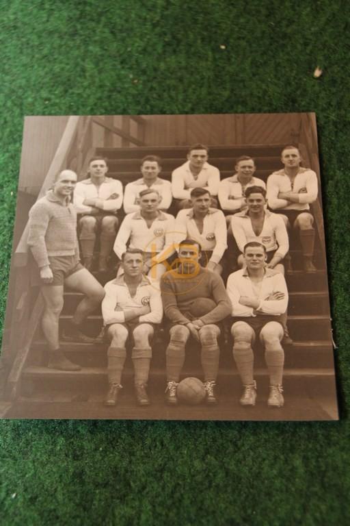 Foto einer unbekannten Fußballmannschaft vermutlich aus den Jahren 1915-1925. Kennt jemand das Logo?