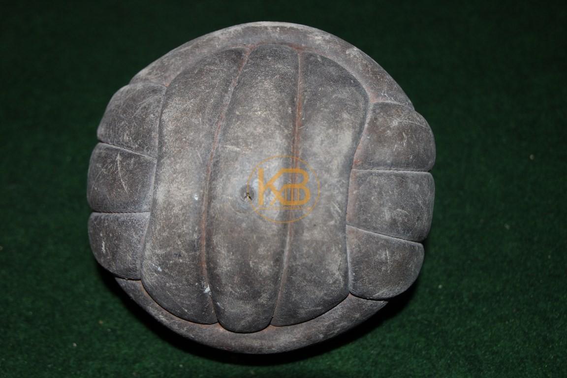 Alter Lederfußball der aus den bekannten Längsstreifen genäht ist.