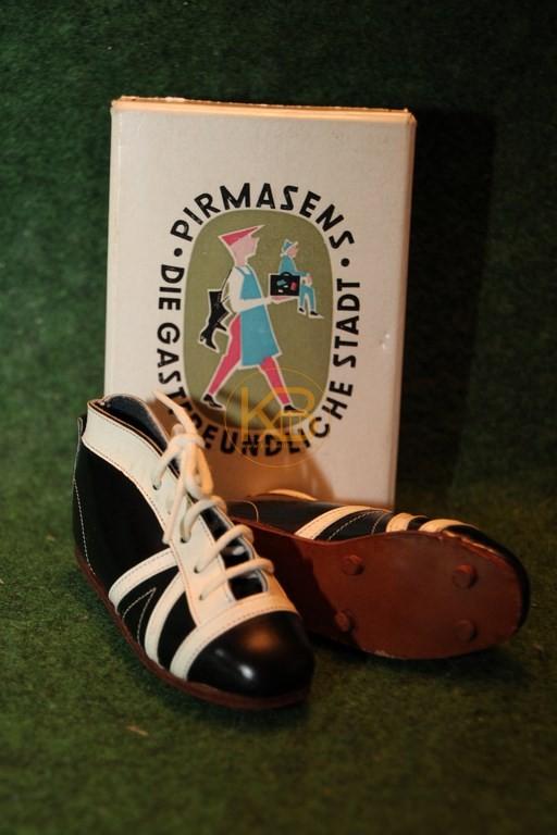 """Mini Schuhe aus den 50/60iger Jahren hergestellt in Pirmasens """"Die gastfreundlichste Stadt"""" mit Originalkarton."""