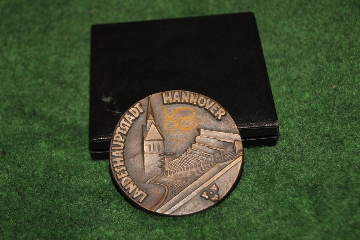 Gedenkmedailie an die Flutlicht Premiere des Niedersachsenstadions vom 15.12.1965. 1/2