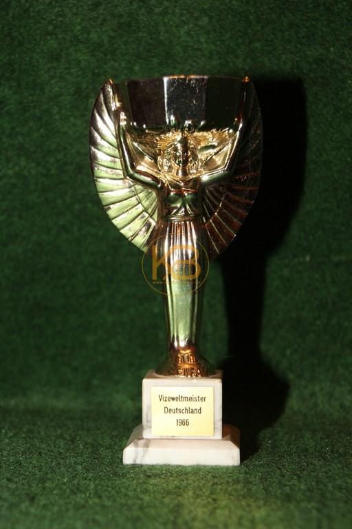 Miniaturnachbildung des Coupe Jules Rimet zur Weltmeisterschaft 1966.