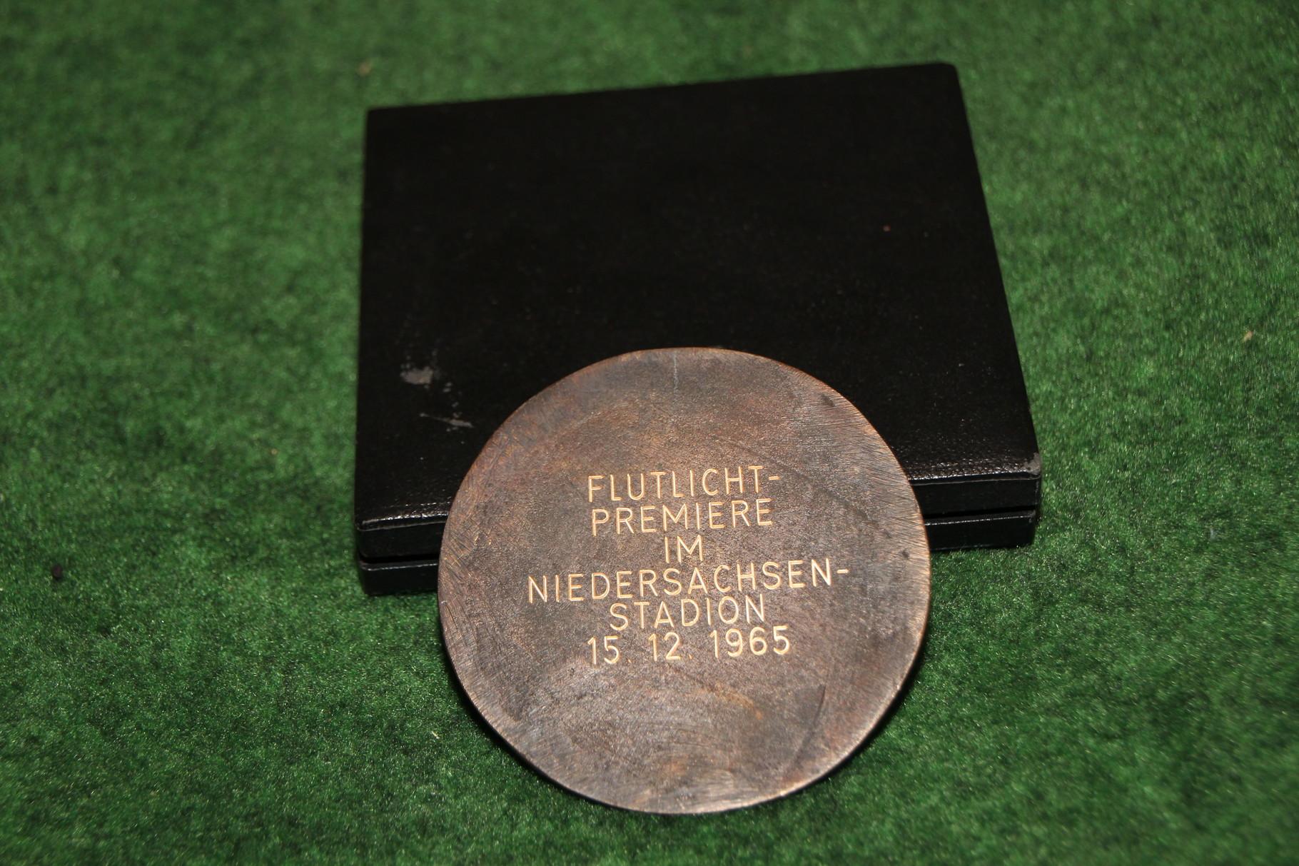 Gedenkmedailie an die Flutlicht Premiere des Niedersachsenstadionens vom 15.12.1965. 2/2