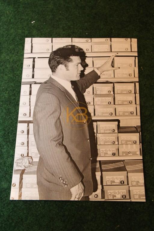 Original Foto von Pitter Danzberg bei der Auswahl neuer Adidas Schuhe.