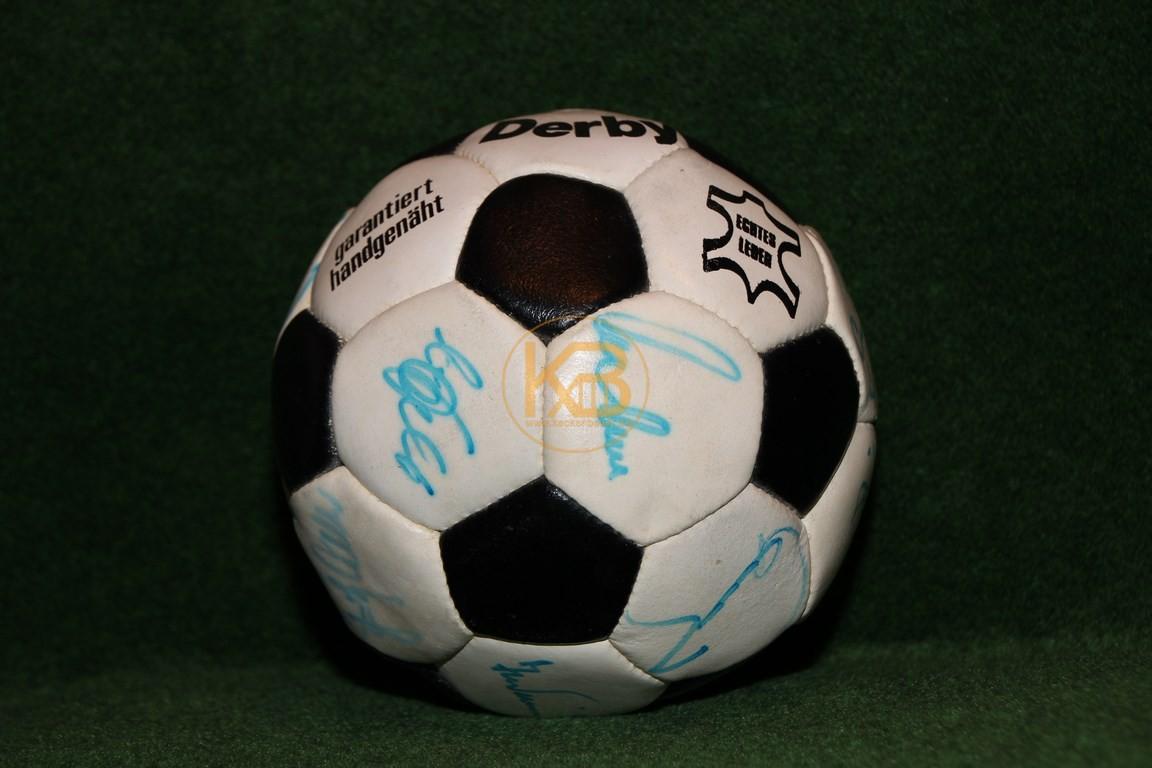 Derby mit den Unterschriften von Fritz Walter, Franz Beckenbauer, Lothar Emmerich, Rainer Bonhof, Herbert Wimmer, Uwe Seeler, Siggi Held, Bernd Hölzenbein und andere.