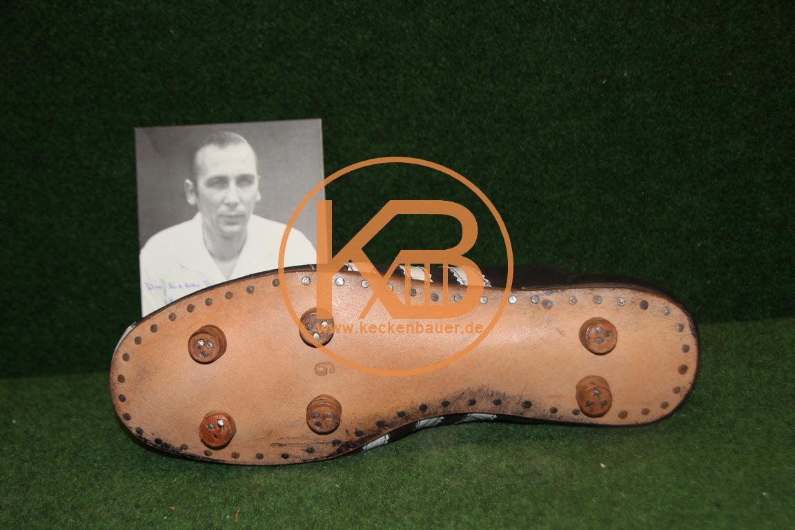 """Adidas Replique Fußballschuhe mit dem original Autogramm von Horst Eckel. Dazu eine Autogramm-karte von Horst Eckel inkl Widmung für """"Pitter"""" Danzberg. 2/2"""